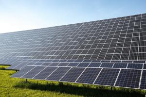 Photovoltaik-Sonnenkollektoren auf einer Wiese